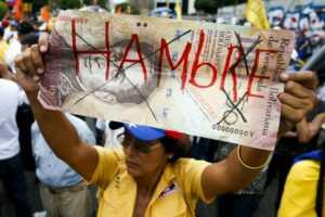 Pula dönmüş para üzerine 'Açım' yazmış bir Venezuelalı
