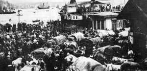 Balkan muhacirleri Sirkeci garında...